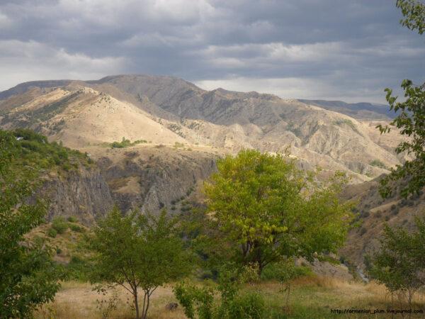 Армения. Языческий храм Гарни ивысеченный вскалах монастырь Гегхард.