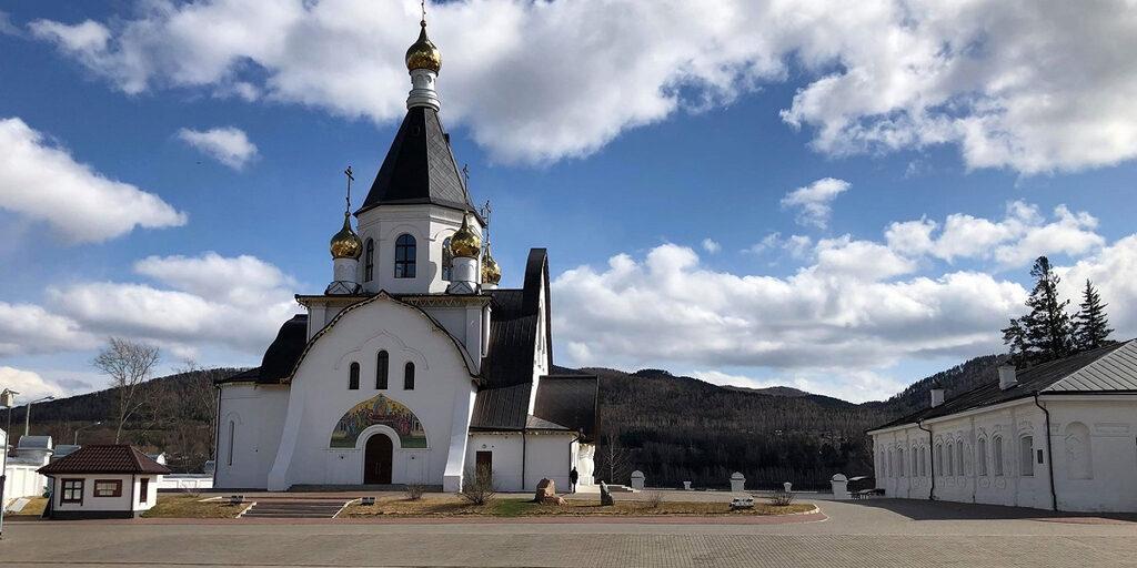 Прогулка по территории Свято-Успенского монастыря в окрестностях Красноярска