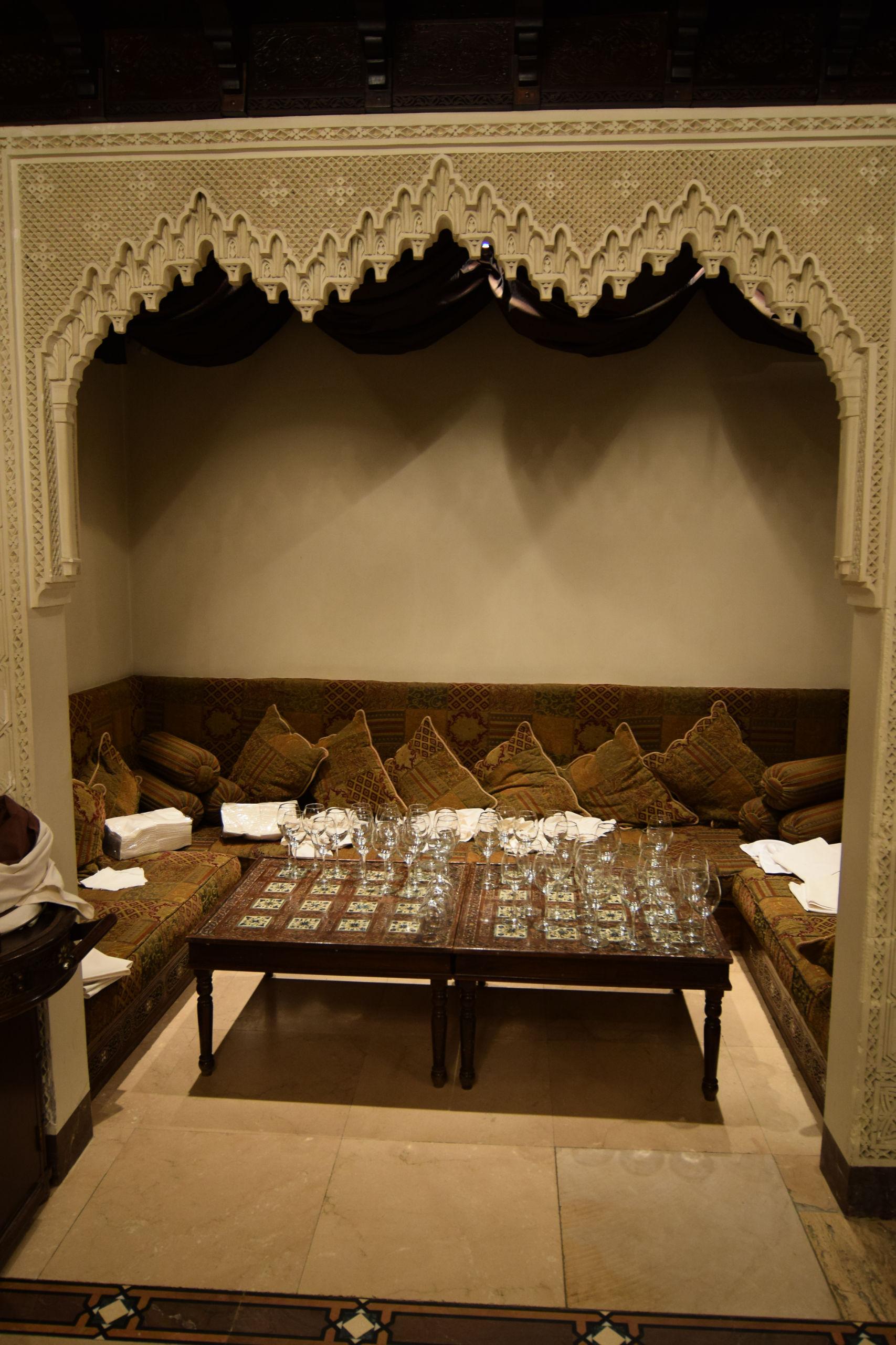 Альков в банкетном зале для приуставших гостей.