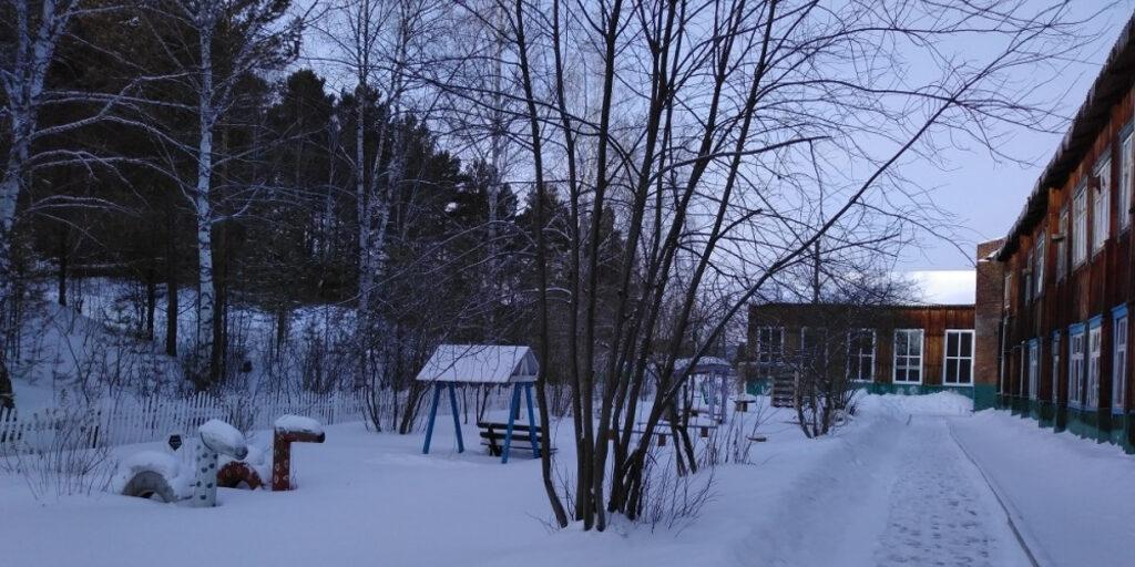 Зимний двор сельской школы