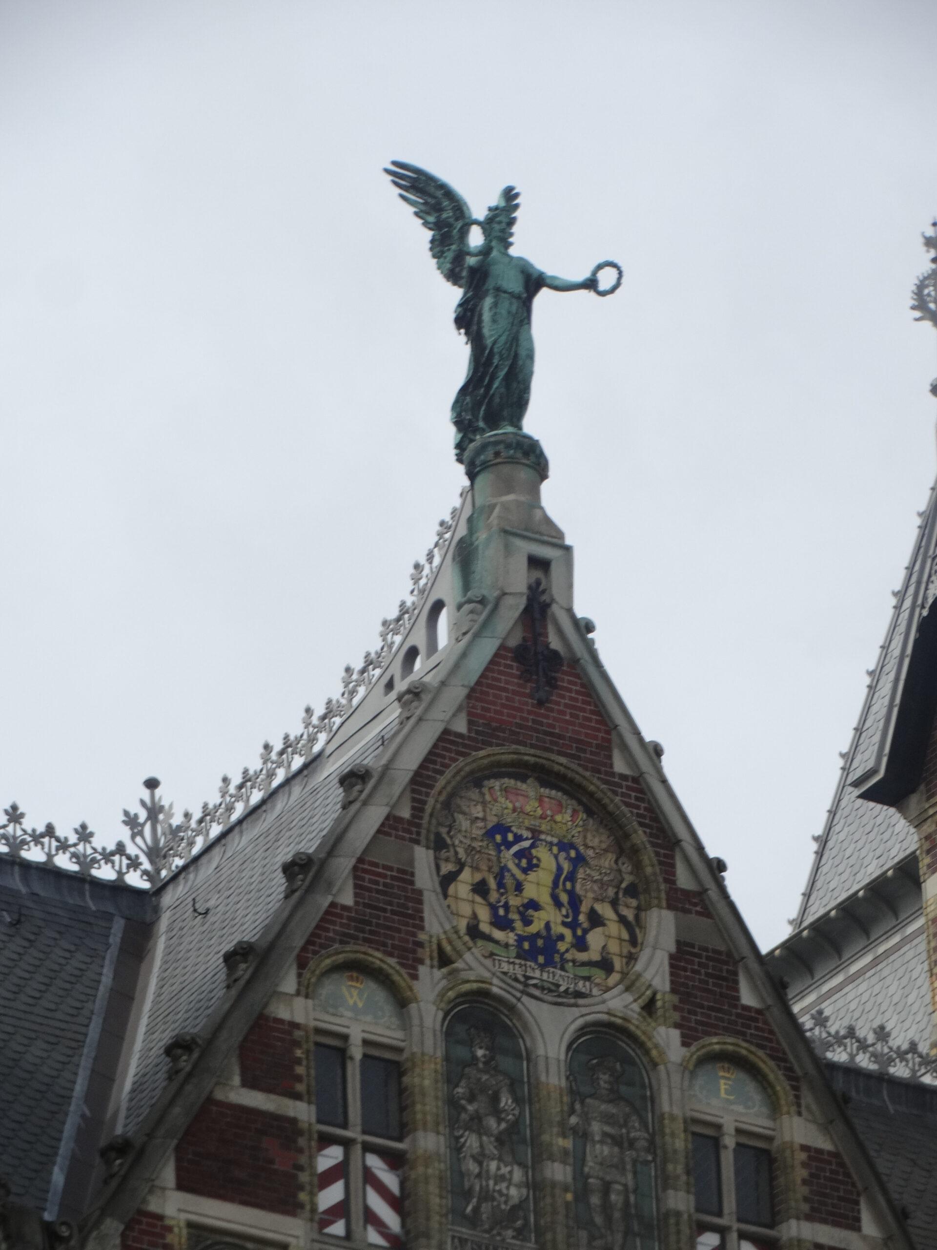 О, тихий Амстердам, Спевучим перезвоном Старинных колоколен! Зачем яздесь,— нетам…